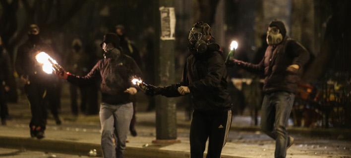 Ελεύθεροι Ελληνας και Γερμανός που συνελήφθησαν στα επεισόδια του Πολυτεχνείου