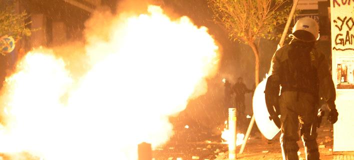 Επιθέσεις στα ΜΑΤ έξω από το Πολυτεχνείο και στη Χαριλάου Τρικούπη -Με βόμβες μολότοφ και πέτρες