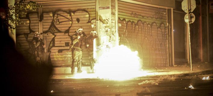 Διπλή επίθεση εναντίον των ΜΑΤ (Φωτογραφία αρχείου: EUROKINISSI/ΤΑΤΙΑΝΑ ΜΠΟΛΑΡΗ)