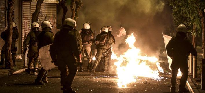 Επιθέσεις με μολότοφ εναντίον των ΜΑΤ/ Φωτογραφία αρχείου: EUROKINISSI- ΤΑΤΙΑΝΑ ΜΠΟΛΑΡΗ