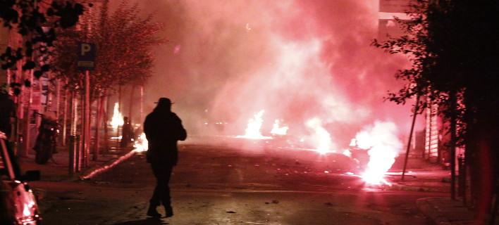 Επιθέσεις με βόμβες μολότοφ έξω από το Πολυτεχνείο (Φωτογραφία αρχείου: EUROKINISSI/ΓΙΩΡΓΟΣ ΚΟΝΤΑΡΙΝΗΣ)