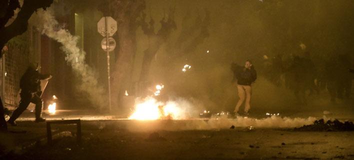 Επιθέσεις με βόμβες μολότοφ στο Πολυτεχνείο (Φωτογραφία αρχείου: EUROKINISSI/ ΤΑΤΙΑΝΑ ΜΠΟΛΑΡΗ)