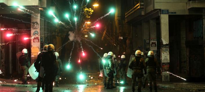 Το AP δημοσιεύει φωτογραφίες και βίντεο από τα επεισόδια στα Εξάρχεια -Φωτογραφία: AP Photo/Yorgos Karahalis