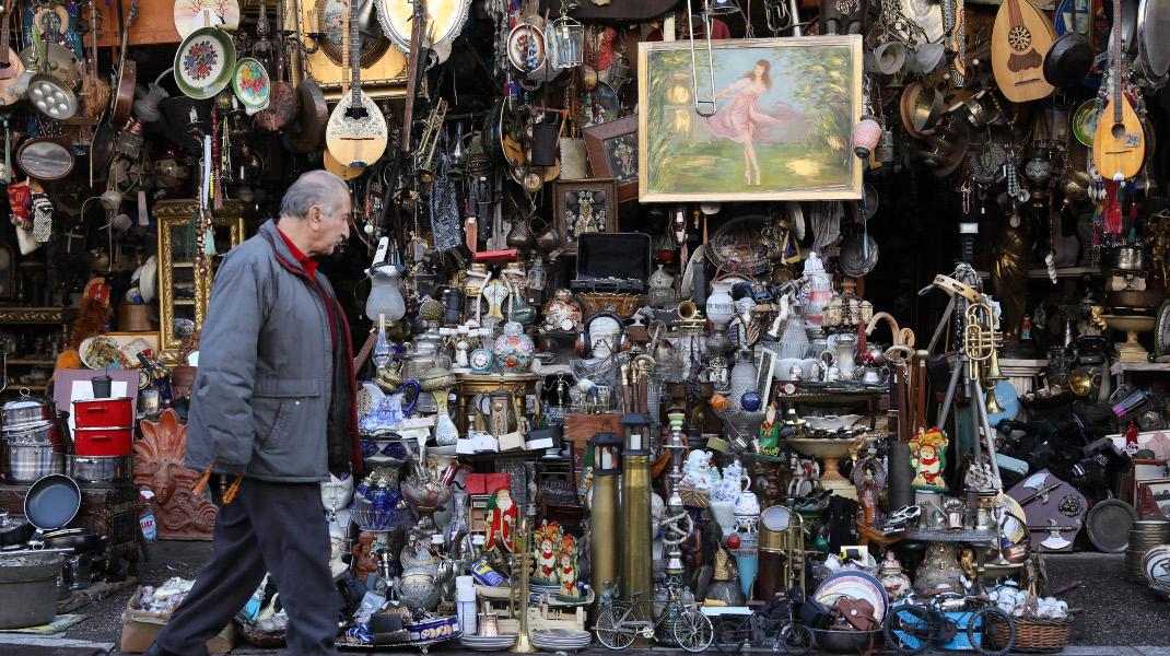 Μια βόλτα στα παλαιοπωλεία της πλατείας Αβησσυνίας είναι μια «βουτιά» σε σταγόνες προσωπικών ιστοριών -Φωτογραφία: Intimenews/ΛΙΑΚΟΣ ΓΙΑΝΝΗΣ
