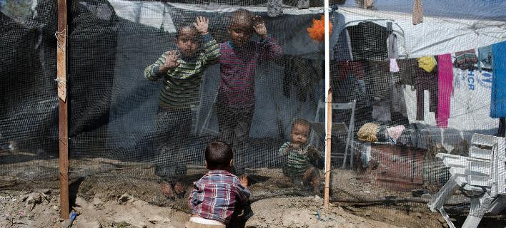 Τα παιδιά είναι τα πιο αθώα θύματα αυτού του εφιάλτη στο hotspot στη Μόρια (Φωτογραφία: ΑΡ)