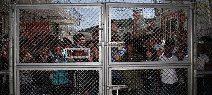 Χάος στη Μόρια: Μετανάστες έβαλαν φωτιές στον καταυλισμό -Τον εκκένωσε η αστυνομία [βίντεο]