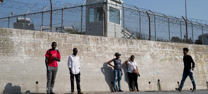 Πρόσφυγες έξω από τα τείχη του προσφυγικού καταυλισμού της Μόρια (Φωτογραφία αρχείου: ΑΡ/Petros Giannakouris)