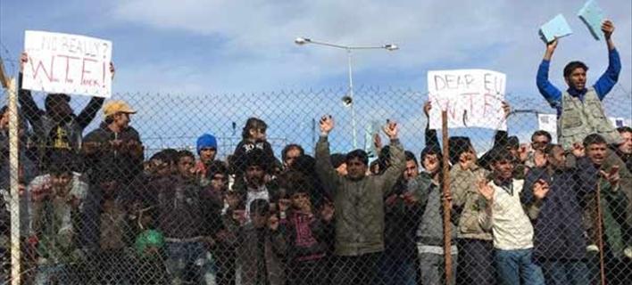 Εκρηκτική η κατάσταση στη Μόρια: Μεγάλη πορεία προσφύγων -Αγνωστοι βανδάλισαν το νεκροταφείο [εικόνες]
