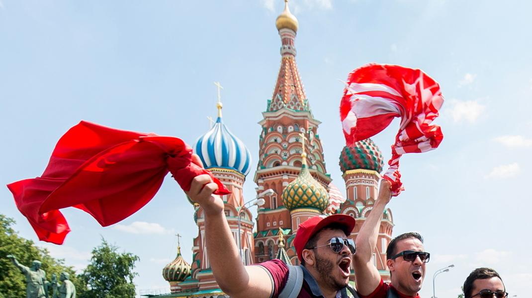 Πώρωση στην Κόκκινη πλατεία της Μόσχας από οπαδούς του Μαρόκο για το Μουντιάλ -Φωτογραφία: EPA/PETER POWELL
