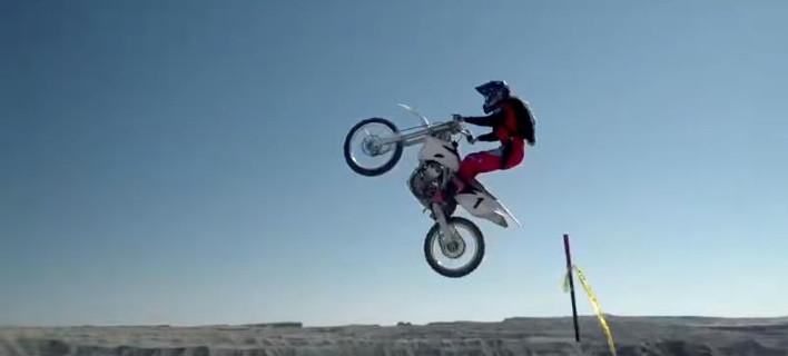 Δείτε το πιο μεγάλο άλμα με μοτοσυκλέτα [βίντεο]