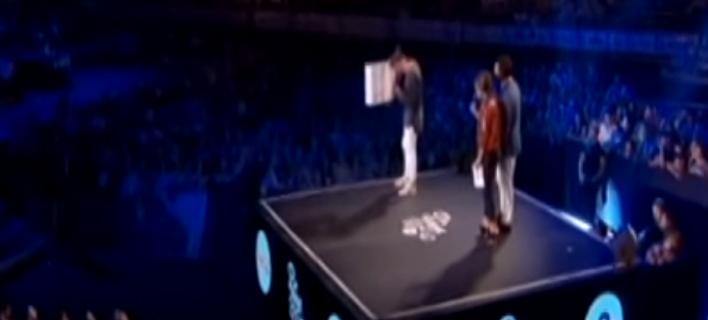 Εξαλλος τραγουδιστής με τον Μουζουράκη -Σκούπισε τον ιδρώτα του στα MAD με την αφίσα του [βίντεο]