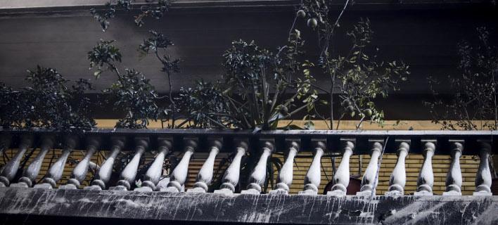 Εκαψαν μέχρι και τα μπαλκόνια των πολυκατοικιών στα Εξάρχεια οι κουκουλοφόροι- φωτογραφία eurokinissi
