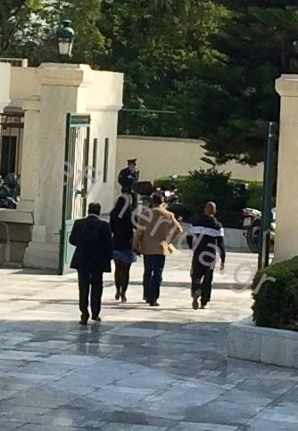Η στιγμή που η αστυνομική φρουρά του Μπαλτάκου φυγαδεύει το γιο του από τη Βουλή μετά το ξύλο στα γραφεία της Χρυσής Αυγής