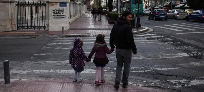 Πατέρας με τα δυο παιδιά του στο κέντρο της Αθήνας / Εικόνα αρχείου: SOOC