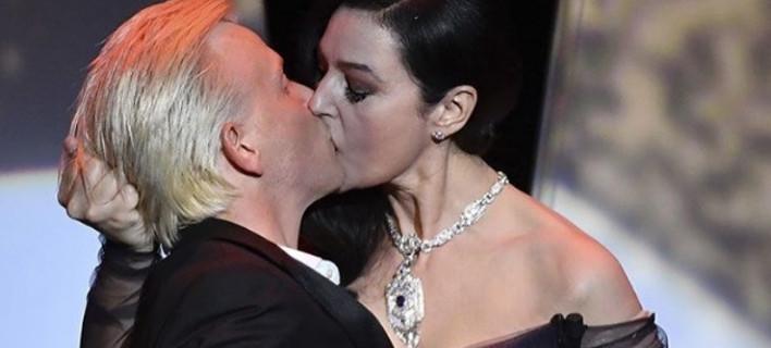 Η Μόνικα Μπελούτσι έδωσε μαθήματα καυτού φιλιού στις Κάννες -«Ξεζούμισε» τον συμπαρουσιαστή της [εικόνες & βίντεο]