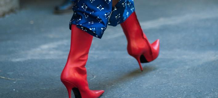 Γυναίκα ποζάρει στον φακό/Φωτογραφία Shutterstock