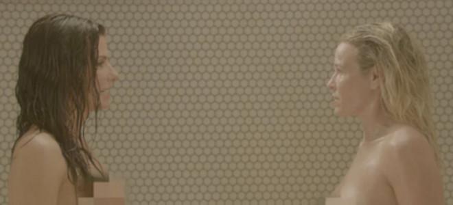 Η ολόγυμνη Σάντρα Μπούλοκ χαστουκίζει στο ντους διάσημη παρουσιάστρια [εικόνες]