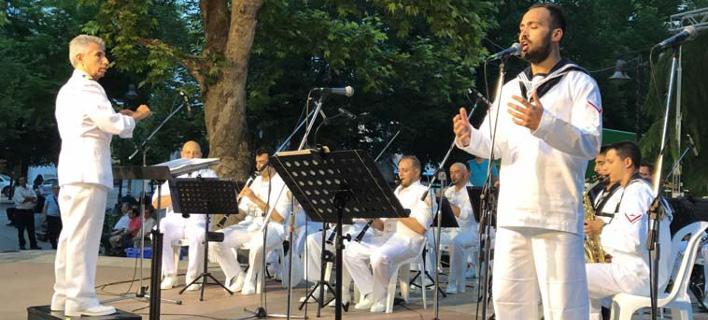 Συγκίνησε η μπάντα του Ναυτικού στη Λάρισα -Αφιέρωσε τραγούδι στους νεκρούς αξιωματικούς από το ελικόπτερο [βίντεο]