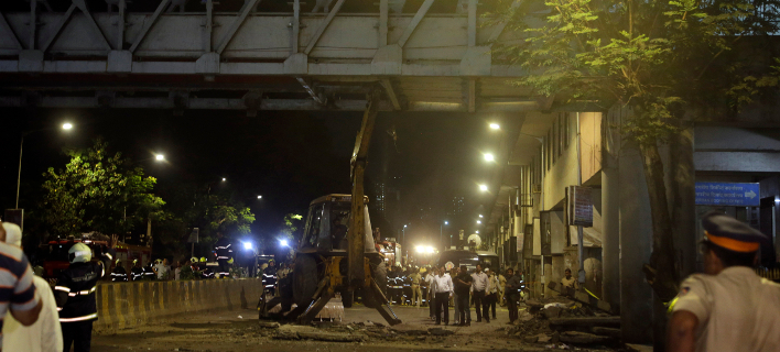 Τουλάχιστον 5 νεκροί από κατάρρευση πεζογέφυρας στην Ινδία (Φωτο: ΑΡ)