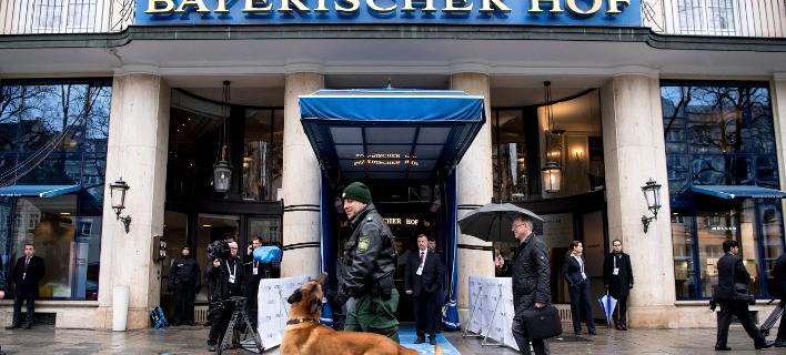Αυστηρά τα μέτρα ασφαλείας έξω από το ξενοδοχείο, που φιλοξενεί τη Διάσκεψη για την Ασφάλεια του Μονάχου (Φωτογραφία: ΑΡ)