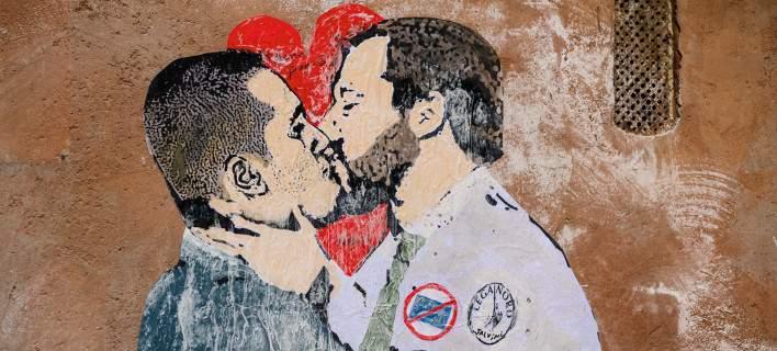 Τοιχογραφία με τους ηγέτες της Λέγκα και του M5s να φιλιούνται, εμφανίστηκε προ ημερών στο κέντρο της Ρώμης (Φωτογραφία: ΑΡ)