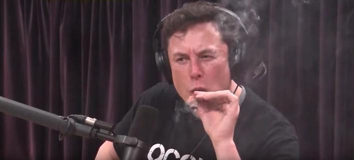 O Διευθύνων Σύμβουλος της Tesla Ελον Μασκ καπνίζει μαριχουάνα σε ζωντανή διαδικτυακή εκπομπή (Φωτογραφία: YouTube)