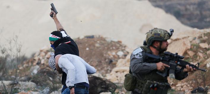 Ισραηλινός μυστικός αστυνομικός συλλαμβάνει Παλαιστίνιοι διαδηλωτή [Φωτογραφία: ΑΡ]