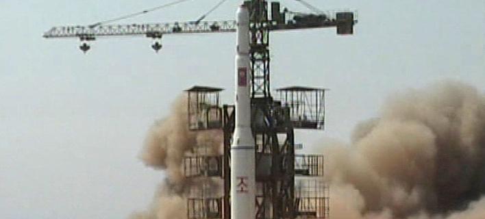 Βορειοκορεατικός πύραυλος Musudan-ri στην εξέδρα εκτόξευσης (Φωτογραφία αρχείου: ΑΡ)