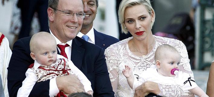 Ο πρίγκιπας Αλβέρτος και η Σαρλέν αγκαλιά με τα μικρά πριγκιπόπουλα [εικόνες]