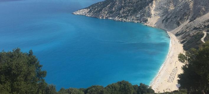 Πώς έχασε τη Γαλάζια Σημαία η παγκοσμίως γνωστή παραλία του Μύρτου στην Κεφαλονιά -Και το Καμάρι στη Σαντορίνη