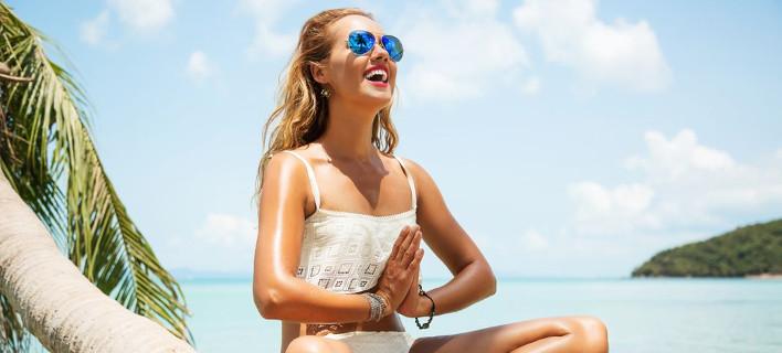 Μια χαρούμενη γυναίκα κάνει γιόγκα, Φωτογραφία: Shutterstock