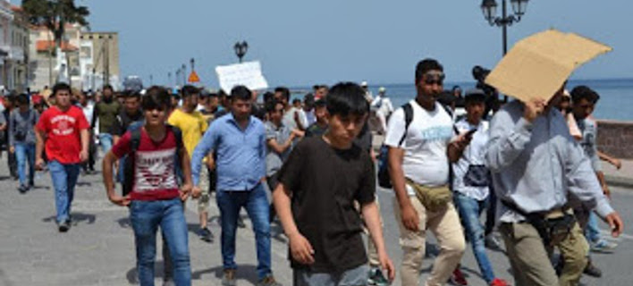 Πορεία μεταναστών από την Μόρια στην Μυτιλήνη- φωτογραφία lesvos.post