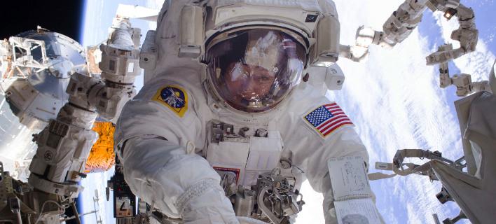 Η Αμερικανίδα αστροναύτης Πέγκι Γουίτσον στη διάρκεια διαστημικού περιπάτου το 2017 στον ISS (Φωτογραφία: ΑΡ)