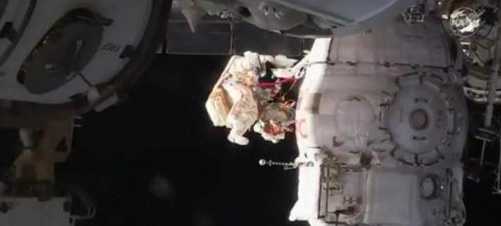 Δυο κοσμοναύτες βγήκαν για... διαστημικό περίπατο