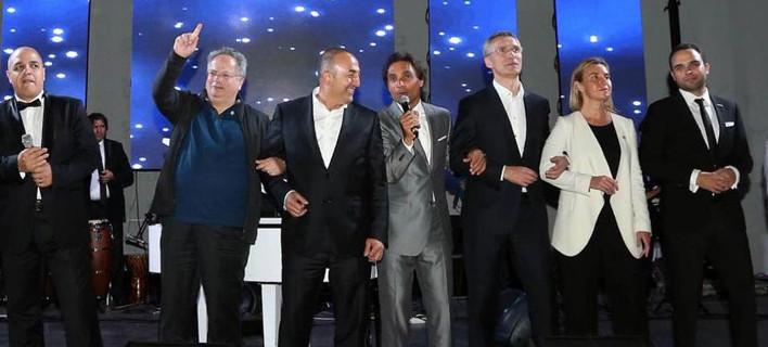 Ο Κοτζιάς τραγουδά «We are the world» αγκαζέ με τον Τούρκο ΥΠΕΞ [βίντεο]