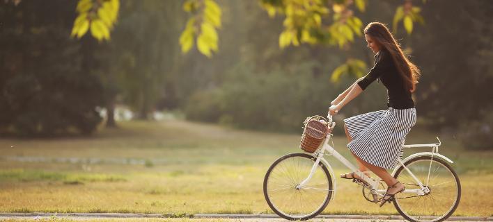 Μια γυναίκα κάνει ποδήλατο στο πάρκο, Φωτογραφία: By Maksim Vostrikov/instagram