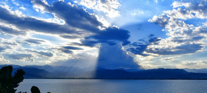 Οι αχτίδες του ήλιου περνούν μέσα από τα σύννεφα, στο Ναύπλιο (ΑΠΕ-ΜΠΕ/ΜΠΟΥΓΙΩΤΗΣ ΕΥΑΓΓΕΛΟΣ)