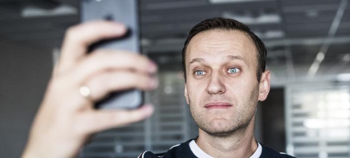 Ο Ναβάλνι βγάζει selfie στο γραφείο του λίγο μετά την αποφυλάκισή του (Φωτογραφία: AP/ Evgeny Feldman)