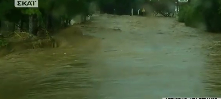 Δραματική κατάσταση στη Νέα Πέραμο: Πλημμύρες και εγκλωβισμένοι [εικόνες & βίντεο]