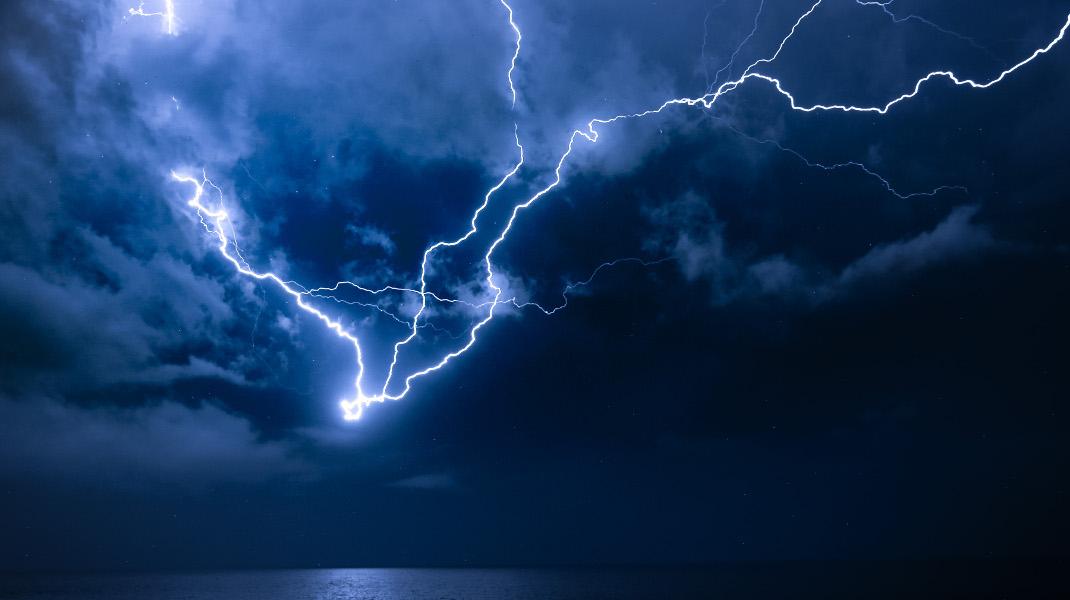 Η καταιγίδα «Νεφέλη» ζωγραφίζει στον καμβά του Αιγαίου - Φωτογραφία: Intimenews/ΛΑΓΟΥΤΑΡΗΣ ΜΑΝΩΛΗΣ