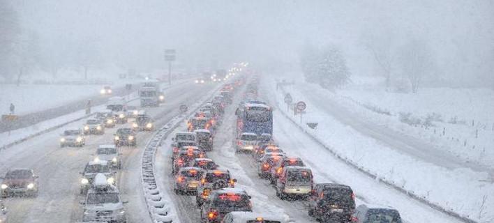 Χάος στη Γαλλία: Ενας νεκρός από την κακοκαιρία -15.000 αυτοκίνητα ακινητοποιημένα μέσα στο χιόνι [εικόνες]