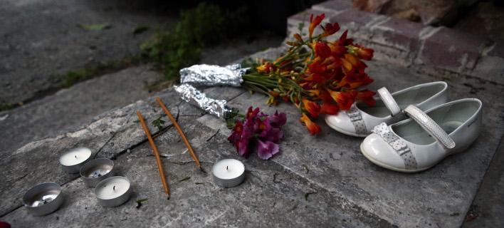 Ενα ζευγάρι λευκά παπούτσια, λίγα λουλούδια και κεριά στον τόπο της τραγωδίας
