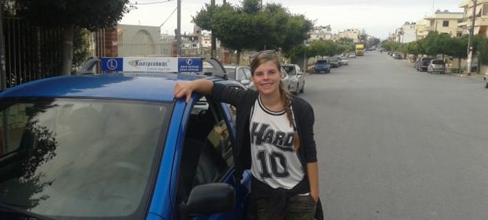 Αυτή είναι η νεότερη οδηγός στην Ελλάδα: Είναι ξανθιά, γαλανομάτα και πανέμορφη [εικόνες]