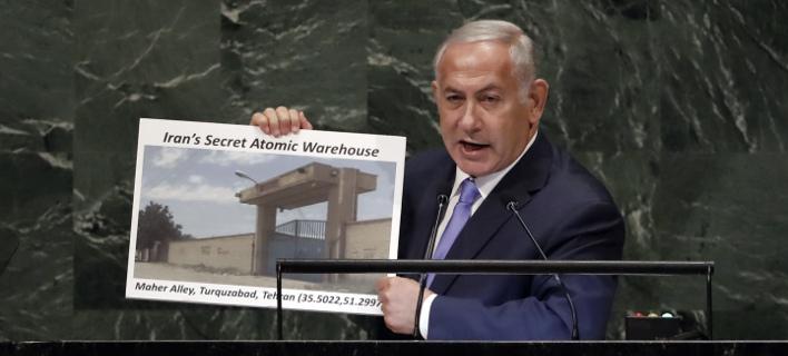 Ο πρωθυπουργός του Ισραήλ Μπ. ΝΕτανιάχου δείχνει από το βήμα του ΟΗΕ την αποθήκη στο Ιράν -AP Photo/Richard Drew