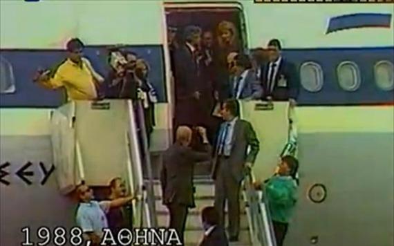 Η στιγμή που ο ηγέτης του ΠΑΣΟΚ κάνει το νεύμα στην Δήμητρα Λιάνη