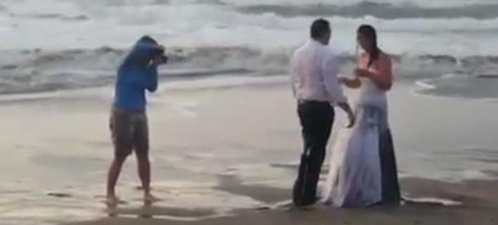 Ούτε στον εχθρό της -Κύμα πήρε νύφη που φωτογραφιζόταν στην ακροθαλασσιά [εικόνες & βίντεο]