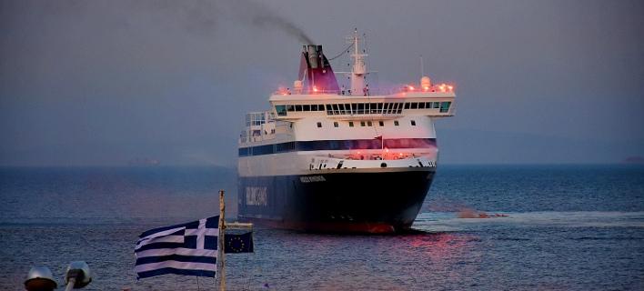 Ο εντυπωσιακός χαιρετισμός του «Νήσος Μύκονος» στη Χίο -Κόρνες, καπνογόνα, φωτοβολίδες [βίντεο]