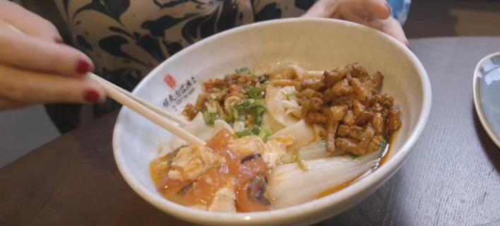 Σίγουρα θα μπερδευτείς: Αυτό το εστιατόριο σερβίρει noodles μήκους 5 μέτρων [βίντεο]