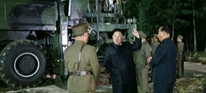 Ο Κιμ Γιονγκ Ουν σε θέση δοκιμής πυραύλων. KRT via AP Video
