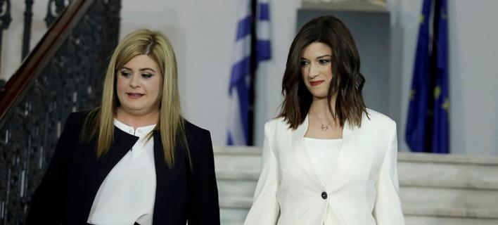 Η απερχόμενη Κατερίνα Νοτοπούλου (δεξιά) και η νέα υφυπουργός Ελευθερία Χατζηγεωργίου -Φωτογραφία: Intimenews/ΤΟΣΙΔΗΣ ΔΗΜΗΤΡΗΣ